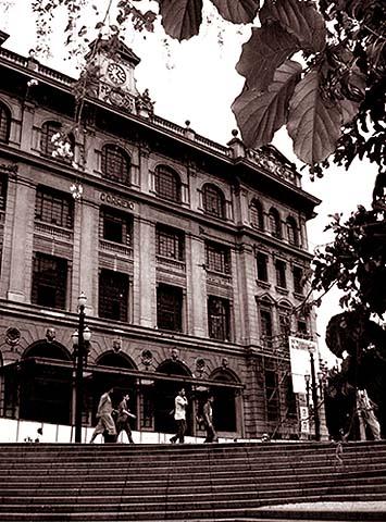 Prédio dos Correios com entrada também pela Avenida São João no centro de São Paulo
