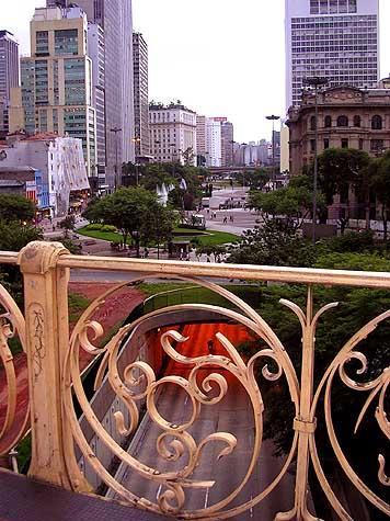 Vale do Anhangabaú no centro de São Paulo.  Vista do Viaduto de Santa Efigênia.