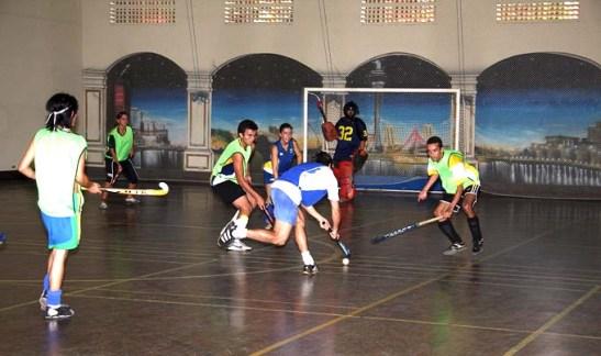 Quadra esportiva do ginásio da Casa de Macau de São Paulo, com o painel grafitado no fundo com cenário de Macau, mas que hoje ...