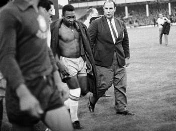 Pelé abatido com a derrota para Portugal na Copa de 1966