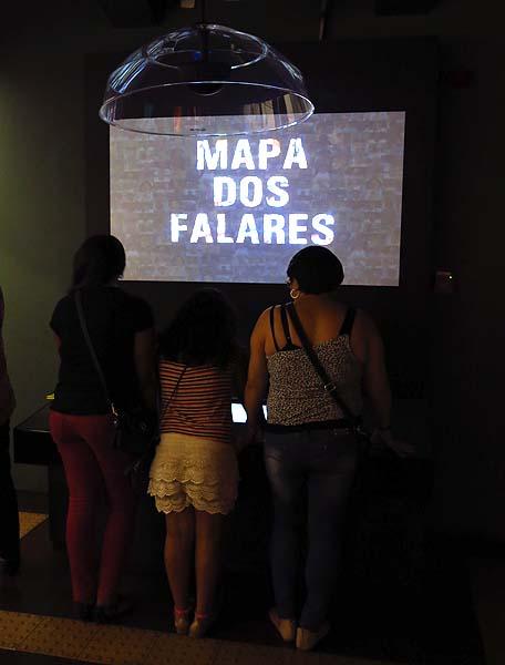 Mapa dos Falares: Uma grande tela interativa que mostra os falares do Brasil, onde é possível navegar pelo mapa e acessar áudios com amostras da forma de falar dos brasileiros dos estados da Federação