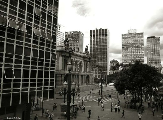 Praça Ramos de Azevedo e o Teato Municipal. Centro de São Paulo.