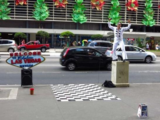 Uma cena urbana com o artista de rua na Avenida Paulista, em São Paulo