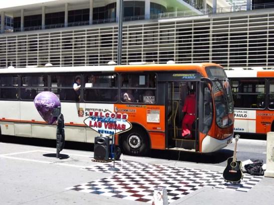 Com o farol fechado, o ônibus aproveita para abrir a porta para um sho w improvisado para os passageiros.