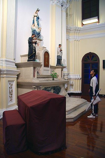 O altar da Igreja de São José, em Macau, com a imagem de Nossa Senhora da Conceição