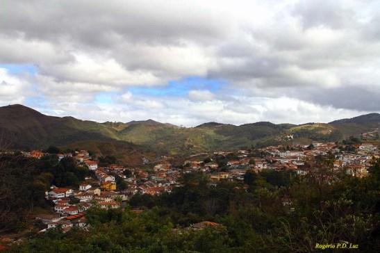 Sequência da foto anterior para o lado direito. A zona oeste da cidade e ao fundo a estrada para Belo Horizonte