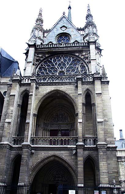 O frontal e a entrada para a capela