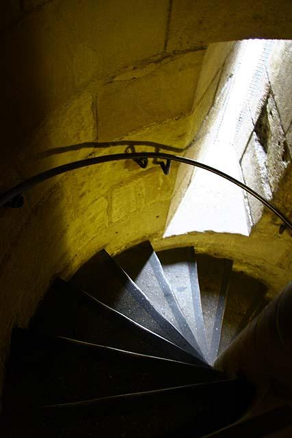 Um estreita escada em caracol conduz à capela superior