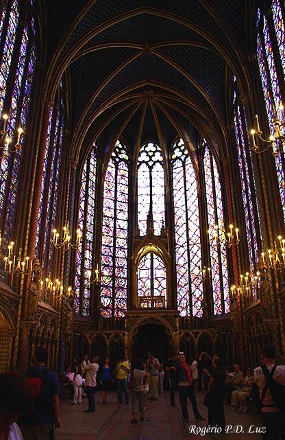 A Capela superior era reservada à família real e onde estão os famosos vitrais e rosáceas.  Na foto a Tribuna das Reíquias ao fundo