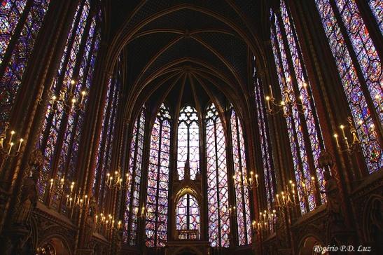 Os vitrais da capela superior são os prncipais atrativos da capela gótica do Século 13.