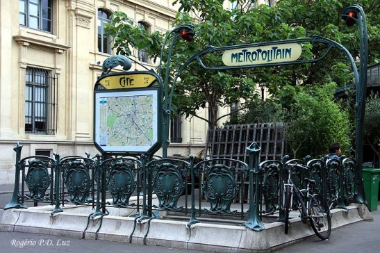 Para chegar à Ilha pegue a Linha 4 do Metrô e desça na estação Cité (foto). Ao sair dela já se vê a capela.