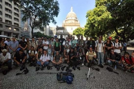 Fotógrafos e cinegrafistas  depositam seus equipamentos de imagem no chão em sinal de luto e protesto contra a imprensa livre (foto de Fernando Fraizão-Agência Brasil)