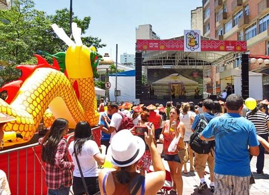 O palco montado na Praça da Liberdade contemplado pelo dragão