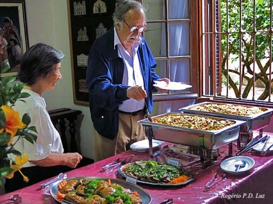 Jaime Monjardino assessorada por Fina se serve do arroz gordo