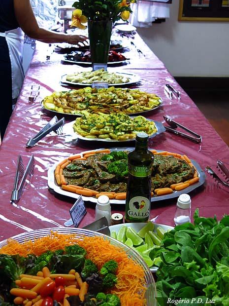 a mesa disposta com a descrição de cada prato