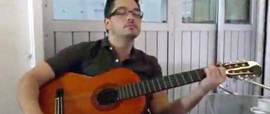O rapaz do violão que queria tocar Macau Sã Assi, repetindo o vídeo-clip musical de mesmo nome, mas foi repreendido e fugiu do local
