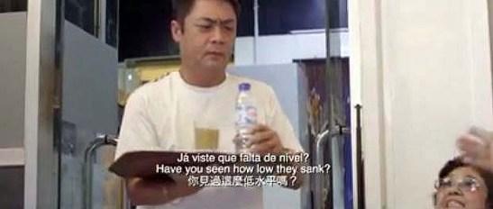 """O Miguel de Senna Fernandes apareceu rapidamente no vídeo e ainda por azar serviu """"café entornado no pires"""" que foi repreendido por uma das senhoras rabugentas."""