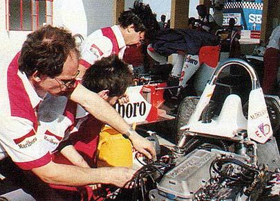 Mecânicos da equipe de Teddy Yip trabalham o carro de Mike Thackwell. Foto: Manuel Cardoso - Revista Nam Van