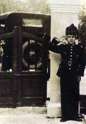 """Mariano com 9 anos enverga a farda """"mouro"""" (marata) no Carnaval de 1928 nos jardins do Palácio de Santa Sancha (fonte: Revista Macau Dez. 1996)"""