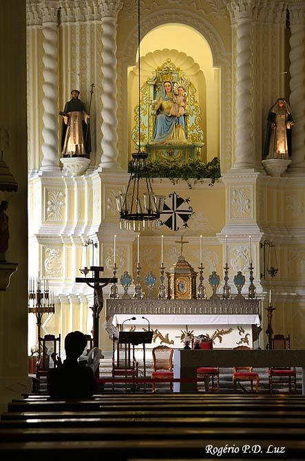 A imagem de Santa Catarina de Sena está no seu lado direito, no altar mor da Igreja de São Domingos em Macau. No centro: N.Sra.do Rosário e à esquerda a imagem d São Domingos.