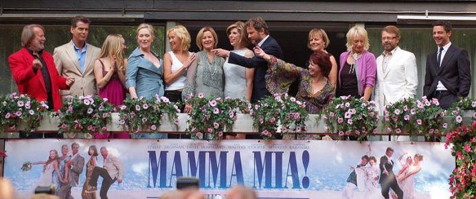 Premiére do filme Mamma Mia! em 2008 na cidade de Estocolmo. A partir da esquerda: Benny Andersson, Pierce Brosnan, Amanda Seyfried, Meryl Streep, Agnetha Fältskog, Anni-Frid Lyngstad, Christine Baranski, Colin Firth, Catherine Johnson, Phyllida Lloyd, Judy Craymer, Björn Ulvaeus e Dominic Cooper. (Wikipedia)