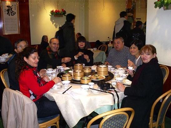 Dim Sum na Chinatown de Londres entre Leicester Square e Piccadilly Circus. Da esquerda: Dulce, Sonny, Manuel, Yolanda, Armando, Edite, Mia e eu atrás da máquina fotográfica