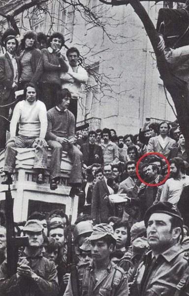 Largo do Carmo, 25 de Abril de 1974: Carlos Estorninho entre a multidão (no círculo vermelho). Imagem e texto da Revista Macau Abril de 1994