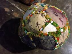 """""""A Outra Margem"""" pedras de isopor revestidas em retalhos de tecidos"""