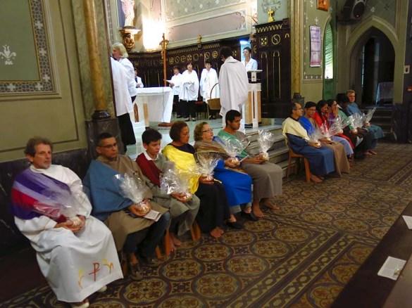 Os 12 fiéis que participaram da cerimônia do Lava-Pés, que hoje em dia inclui tanto homens como mulheres
