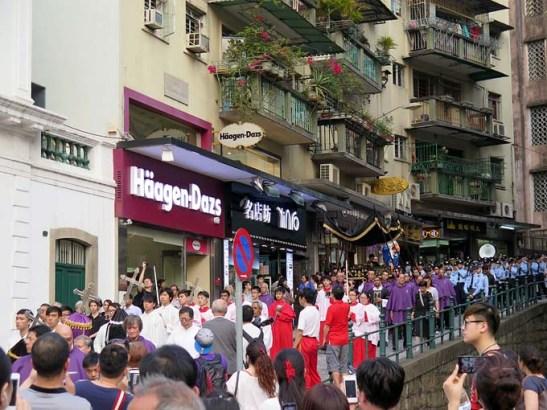 Outra foto de M.V. Basílio (Macau) da procissão de Cristo Morto com a participação da banda da PSP de Macau. Abril de 2014.