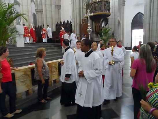 Após a missa, em procissão, os celebrantes deixam o altar