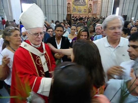Cardeal Dom Odilo Scherer recebe cumprimentos de fiéis após a missa.