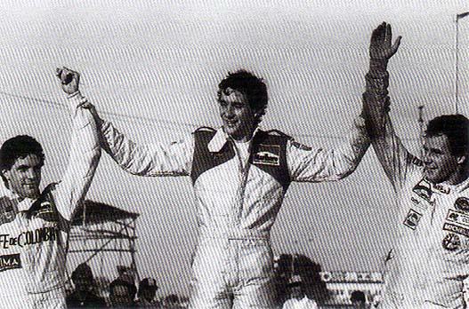 Senna no pódio com Roberto Guerrero (esq.) e Gerhard Berger (dir.)