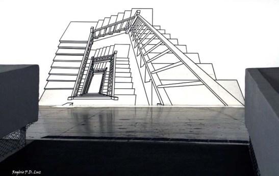 Em 1878, na cidade de Santa Fé (EUA), um carpinteiro não identificado realizou uma obra impossível: construiu uma escada de madeira em caracol, com duas voltas completas de 360º, sem usar um único prego. O milagre, atribuído à São José por todos os que visitam a Escola de Nossa Senhora da Luz (Loreto) até hoje, serviu de inspiração para Regina Silveira intitular sua Escada Inexplicável (1999), obra que remonta para a ocasião de 30 × Bienal.