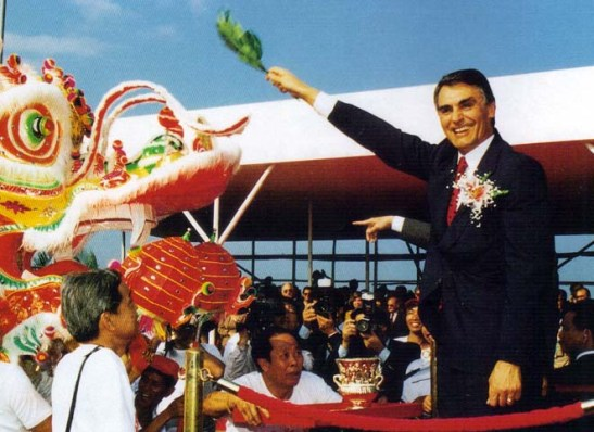 """Dragão chinês """"vivificado"""" por Cavaco Silva na inauguração da Ponte da Amizade, a 2ª ligação Macau-Taipa"""