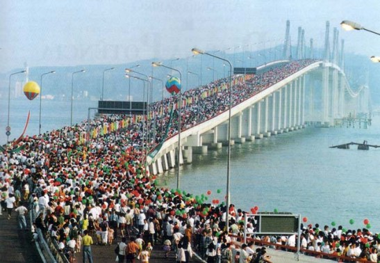 A nova ponte Macau-Taipa, Ponte da Amizade, foi inaugurada com a passagem de um dragão humano com 1.559 metros e transportado por 2.800 pessoas ao longo de mais de quatro quilómetros da ponte.  Entrou para o livro de recordes no Guinness Book of Records.