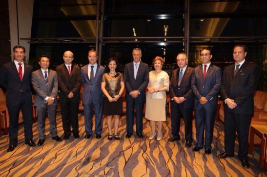Cavaco Silva com membros da comunidade macaense na recepção em Macau em 2014 (foto da página no Facebook de Fernando C.Gomes)