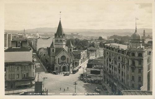 À esquerda, a Rua de Santa Ifigênia, ao centro a Igreja e à direita, a Rua da Conceição, atual av. Cásper Líbero.  c,a, 1915