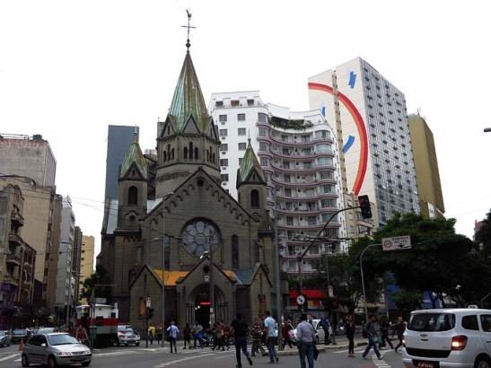 Igreja de Santa Ifigênia.  à sua esquerda a Rua Santa Ifigênia.  À direita, a Avenida Casper Líbero. Diante da igreja o Largo de Santa Ifigênia.