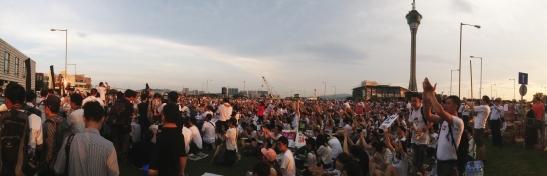 Foto do jornal Hoje Macau: concentração diante da Assembleia Legislativa