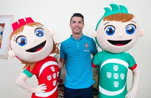 As duas mascotes com as cores de Portugal com Cristiano Ronaldo.
