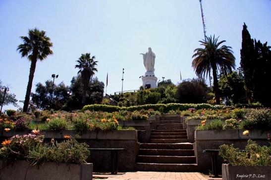 Uma boa escadaria para chegar à estátua da Virgem