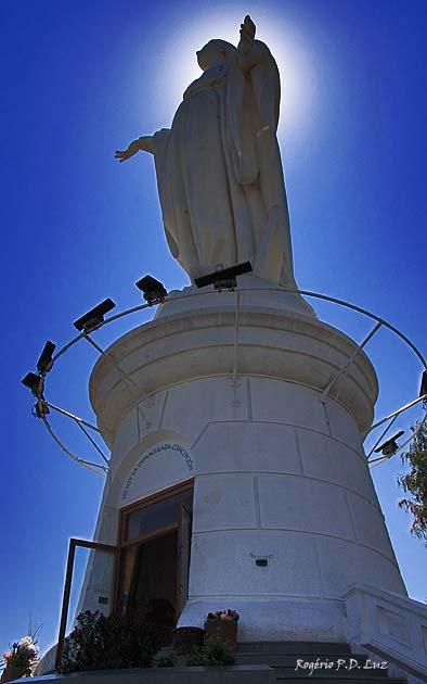 Na base da estátua tem uma capela onde o Papa rezou uma missa e abençoou Santiago