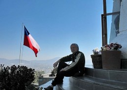 Você contempla a cidade de Santiago sentado nas escadarias da estátua. Muito relaxante.
