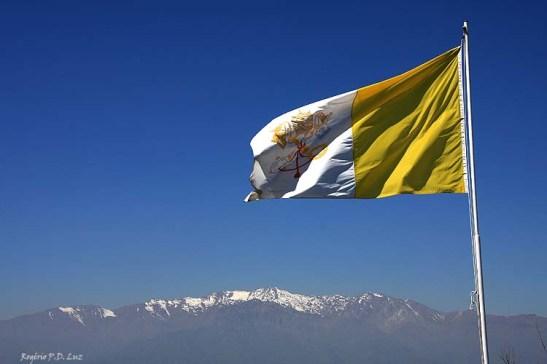 Vista da Cordilheira de Andes sob a bandeira do Vaticano