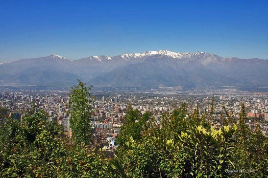 Vista de Santiago do Chile com a Cordilheira dos Andes ao fundo com o cume coberto por neve