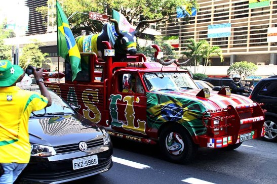 Uma camioneta desfilava assim pelo congestionado trânsito da Av. Paulista