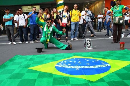 """O Elvis da Paulista estava em clima de Copa e fazia sua apresentação com músicas brasileira com uma bandeira nacional grande diante do seu """"palco"""""""