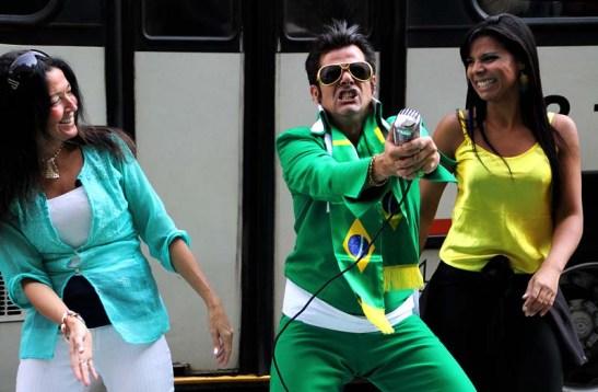 Aqui duas fãs dançam com ele