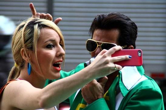 O Elvis e uma fã fazendo seu selfie